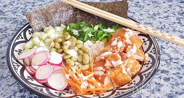 Poké bowl met rijst, zalm, edamame, wakame en wasabi