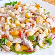 Salade met krieltjes, gerookte makreel, radijs en zilveruitjes
