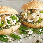 Broodje met kip, feta, munt en tuinkers