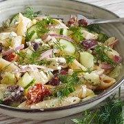 Griekse pastasalade met tzatziki als dressing