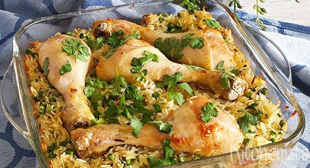 Traybake met kippenpoten, tuinerwten en rijst