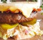 Hamburger met ei als broodje in plaats van brood
