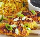 Balinese kipsaté lilit met satésaus en gebakken rijst