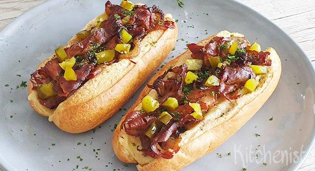 Broodje warm vlees met kaas, gebakken ui en augurk