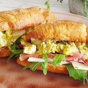 Croissants met pesto eieren, rauwe ham, Pecorino en rucola