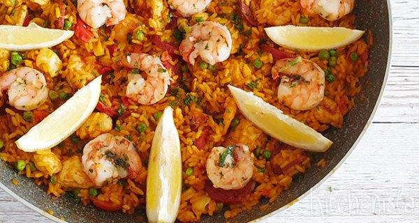 Paella met chorizo, kip en zeevruchten