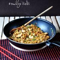 azjatycki wok - makaron wonton, krewetki, kurczak i świeże kiełki