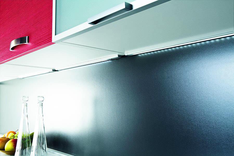 Illuminazione a LED in cucina sotto gli armadietti (foto ...