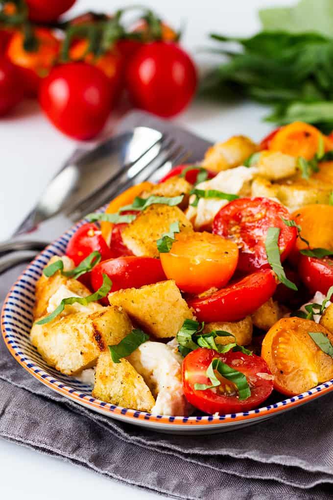 Panzanella Caprese ensalada.  Las migas de pan de ajo de apósito empapado son lo que hace que esta ensalada tan increíble!