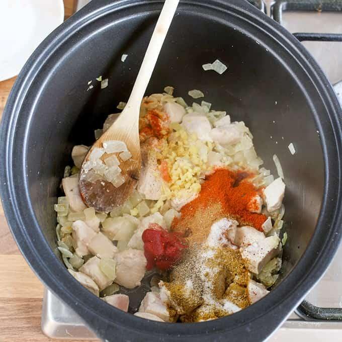 Un simple hecho de curry desde cero, lento preparado para intensificar el calor y sabor.