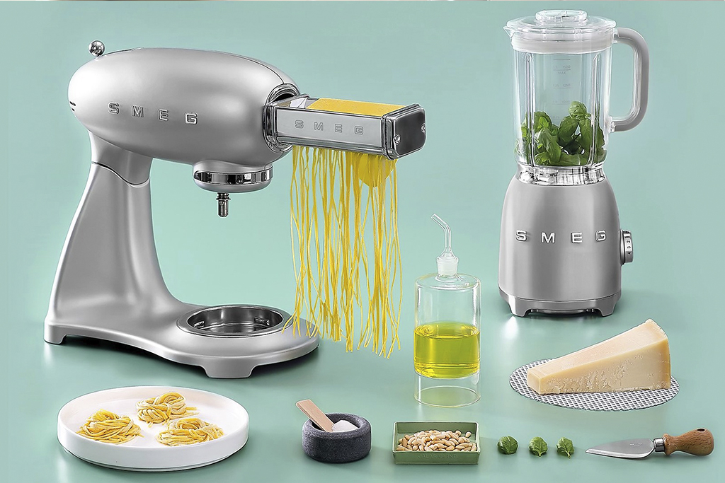 KitchenSpain Smeg Kitchen Appliances Mixer Kitchen Machine and Blender in silver