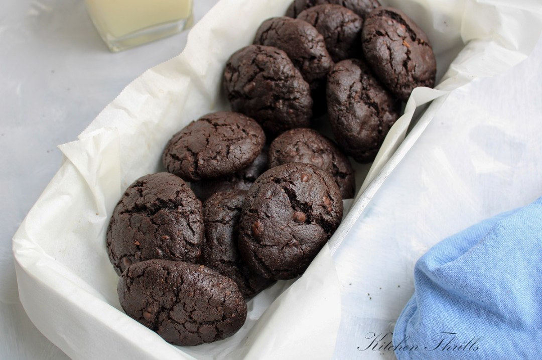 Easy and quick homemade double chocolate cookies that are crackled on the outside and soft and chewy on the inside. #homemadecookies #chocolate