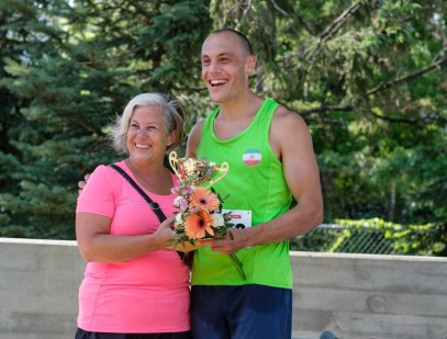 Fastest male runner, Craig Fettes: 00:16:31.1, with race organizer, Lisa Georges