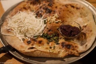 Focaccia con formaggio bulgaro e olio d'oliva