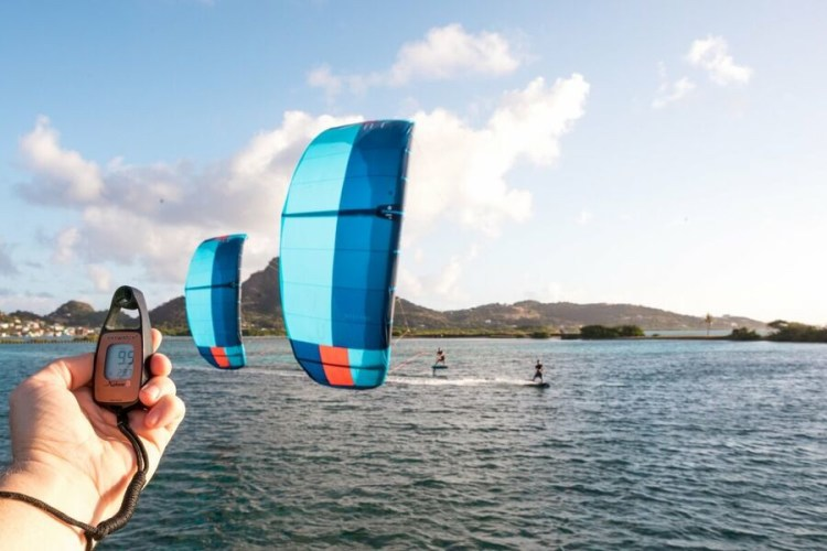 Hoeveel wind voor kitesurfen - Light wind kitesurfen met hydrofoil kiteboard en tube kite