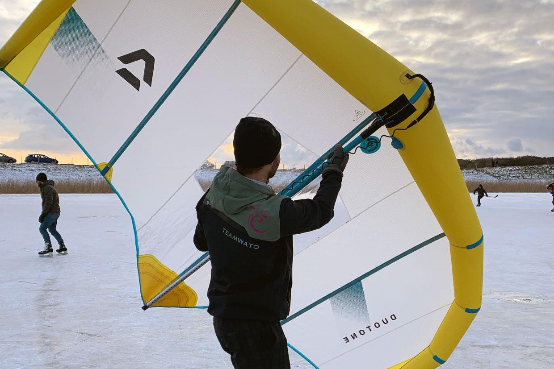 Eisflügelsurfen oder Eisflügelfliegen
