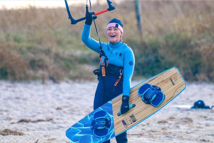 Kitesurfen in april. Veel kitesurfers gaan er weer voor zodra de watertemperatuur 10 graden is. Foto: Iris Everts