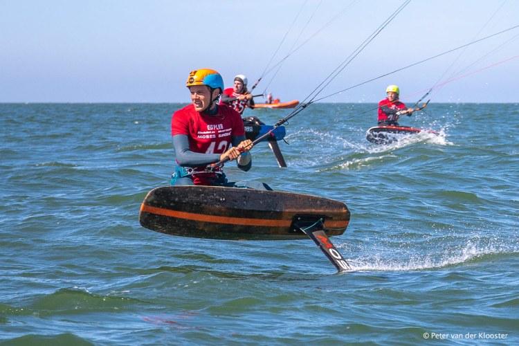 'Formula kite' racen. Foto: Peter van der Kloostert tijdens Nederlandse Kitefoil Cup Holland 2020.