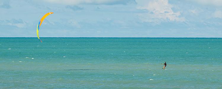 Le kitefoil sur le spot d'Icaraizinho