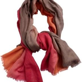 5 - Шарф насыщенного цвета - 7 модных шарфов, которые согреют холодной зимой 2013-2014 года