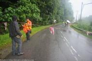 KIULU 15 Januari 2014.Pekerja kontraktor penyelengaraan Jalan Tamparuli - Kiulu memasang tanda penutupan jalan di KM6.1 berikutan kejadian tanah runtuh akibat hujan lebat yang berterusan lebih 12 jam yang lepas.