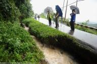 KIULU 15 Januari 2014.ADUN N11 Kiulu, Datuk Joniston Bangkuai (tiga dari kanan) bersama jurutera konsesi penyelenggaraan Jalan Tamparuli-Kiulu meninjau lokasi tanah runtuh di KM6.1 yang ditutup berikutan kejadian tanah runtuh akibat hujan lebat yang berterusan lebih 12 jam yang lepas.