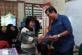 Joniston menyerakan Bantuan Khas Awal Persekolahan 1Malaysia kepada salah seorang penerima di SK. Bungoliu Kiulu.