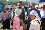 Joniston (kiri) dan Suhaimi (kanan) beramah mesra dengan penduduk yang menjual barangan di tamu Pekan Kiulu.