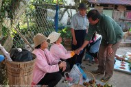 Joniston (kanan) beramah mesra dengan penduduk yang menjual barangan di tamu Pekan Kiulu.