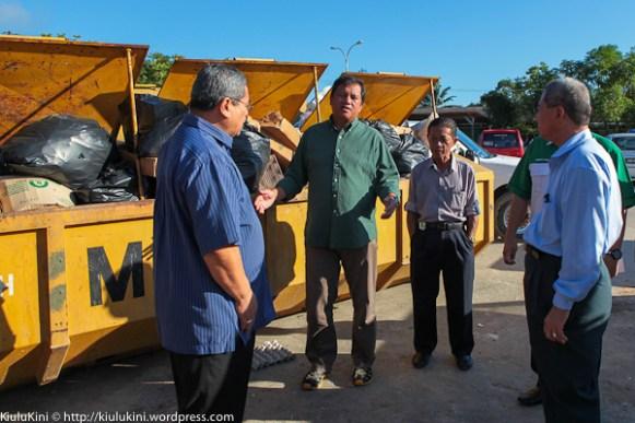 Joniston (dua dari kiri) bertanyakan kepada Suhaimi (kiri) berkenaan sampah di tapak tamu Pekan Kiulu.