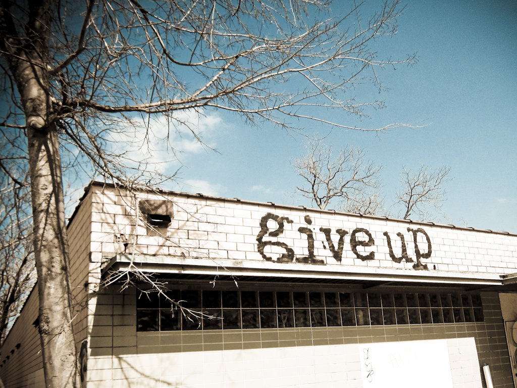 """give up"" と ""give in"" の違いは何?"