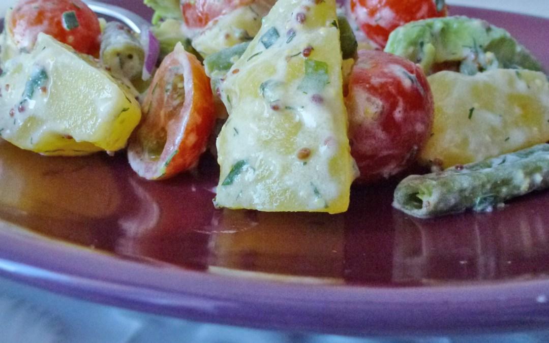 Salade de pommes de terre, avocat, tomates cerises et haricots frais, sauce moutardée allégée à la crème d'amande