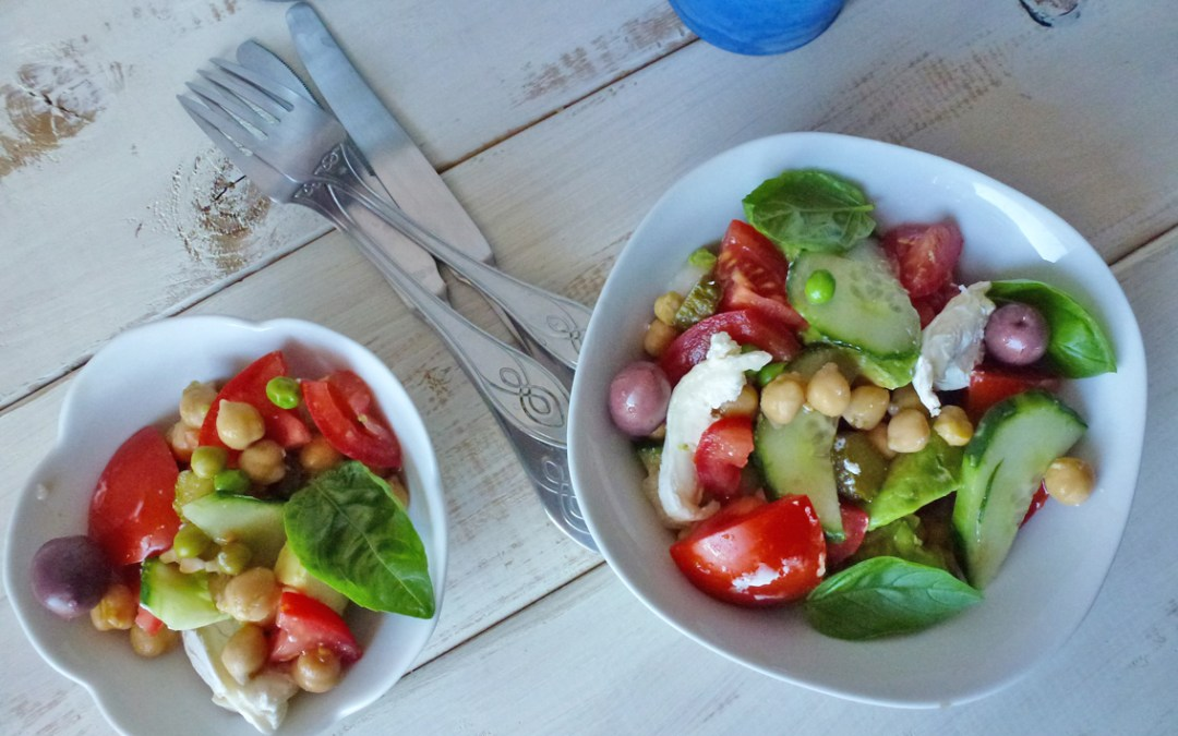 Salade toute simple avec pois chiche, tomates, concombre… et chèvre