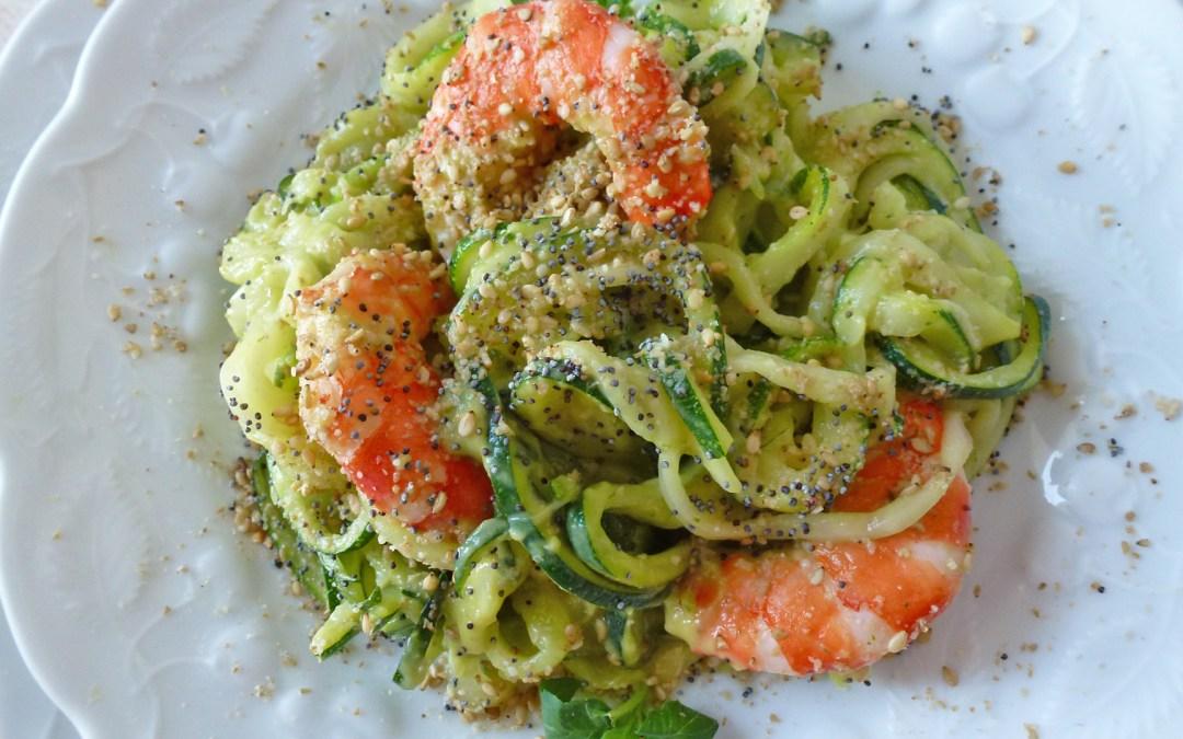 Spaghettis de courgettes cuites en salade avec gambas. Sauce citronnée avocat basilique  ( léger, sans céréales ).