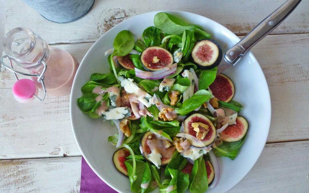 Salade de figues, noix, et fromage de brebis. Sauce légère au yaourt de soja.