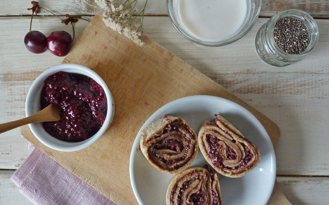 Mini crêpe roulée  chocolat et confiture crue de cerises aux graines de chia  ( vegan )
