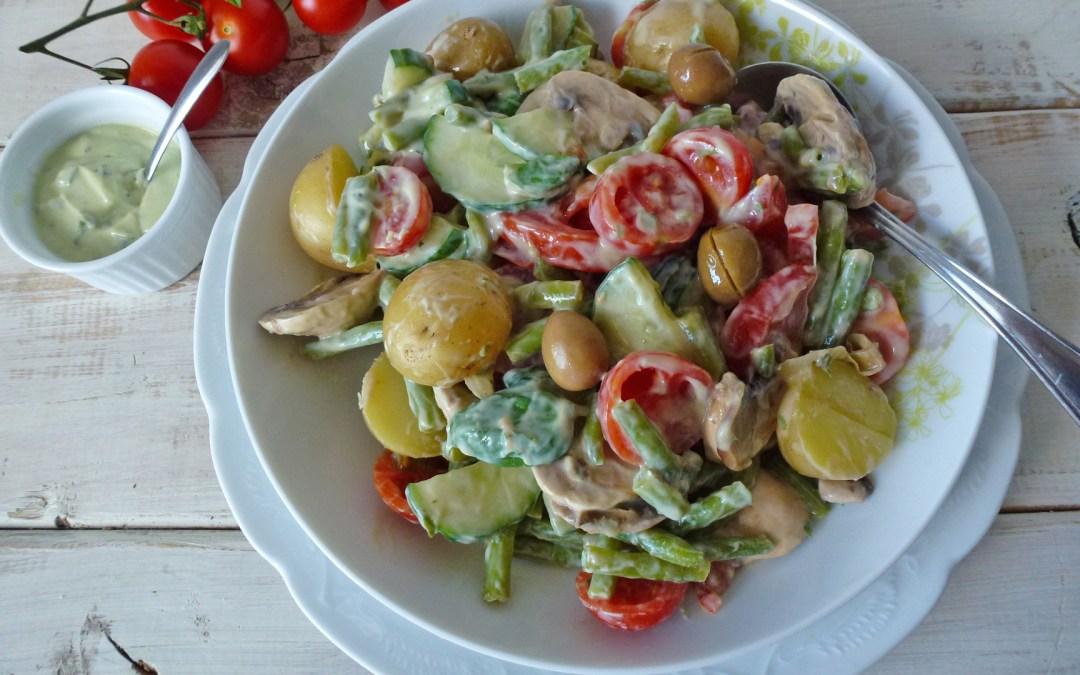 Salade d'été aux pommes de terre haricots verts et champignons. Sauce verte  au yaourt de soja, avocat et basilique ( léger, vegan, sans gluten )