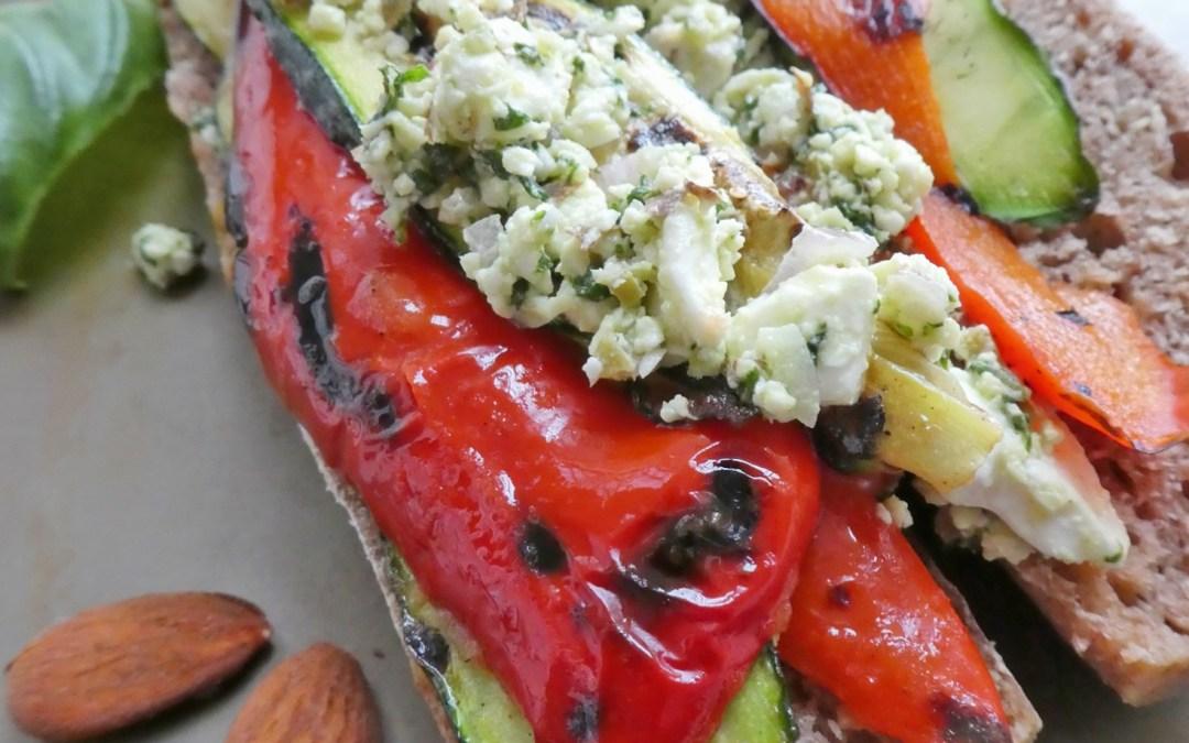 Sandwich aux légumes grillés, féta, pesto d'amandes à l'échalote, olives et basilic +…