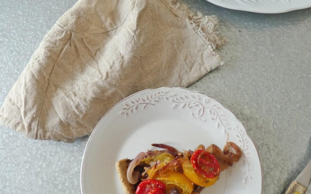 Tarte  légère, sans gluten, aux tomates, oignons rouges et tapenade