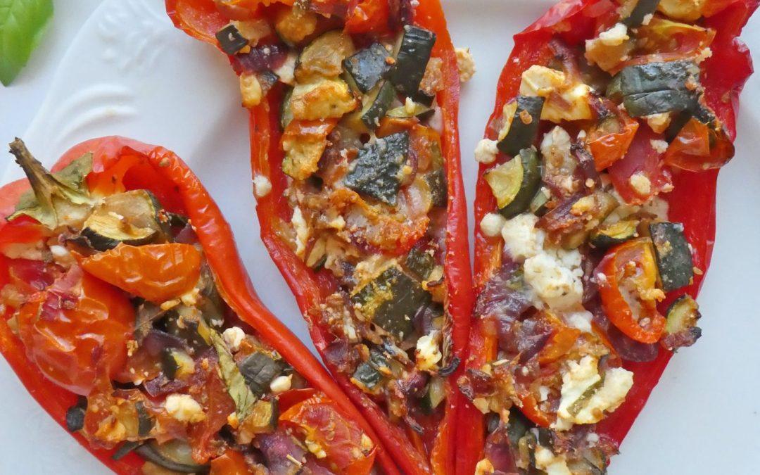 Poivrons rouges farcis aux légumes, basilic et féta