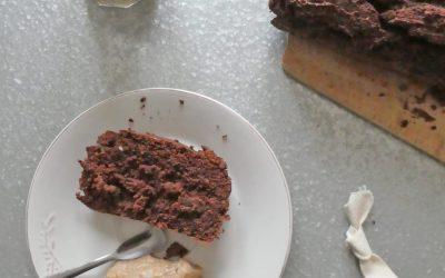 Banana bread  au cacao/noisettes/souchet, sucré au sucre de fruits, et son petit pot de crème pommes, noisettes( Vegan, sans gluten, sans sucre ajouté )
