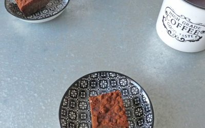 Petites douceurs au chocolat, purée de cacahuète et flocons de quinoa ( Sans cuisson, sans sucre ajouté, sans céréales, vegan)