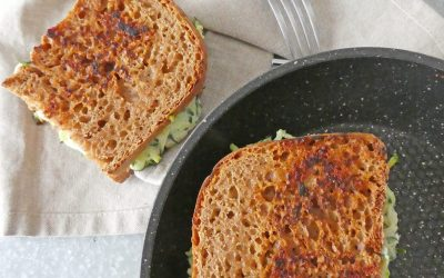 Sandwich toasté au fromage de chèvre, courgettes, noisettes et citron vert