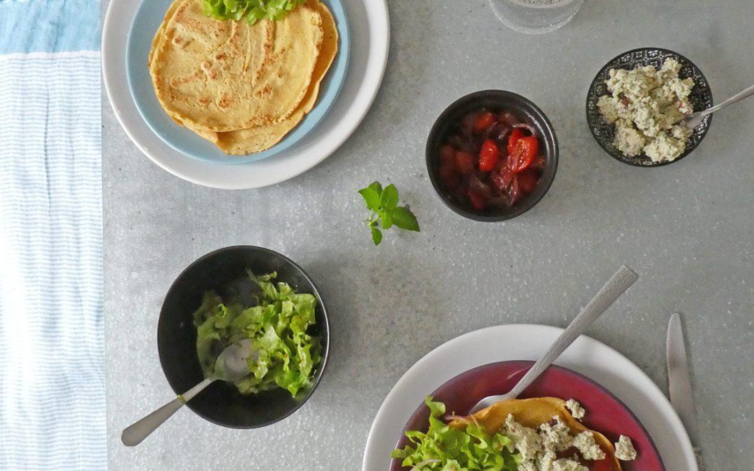 Idée repas 100% veggie ; Crêpes à la farine de pois chiche, pesto de tofu aux noisettes, tomates et oignons rouges confits  ( Sans céréales, sans gluten, Idex glycémique bas, Vegan )