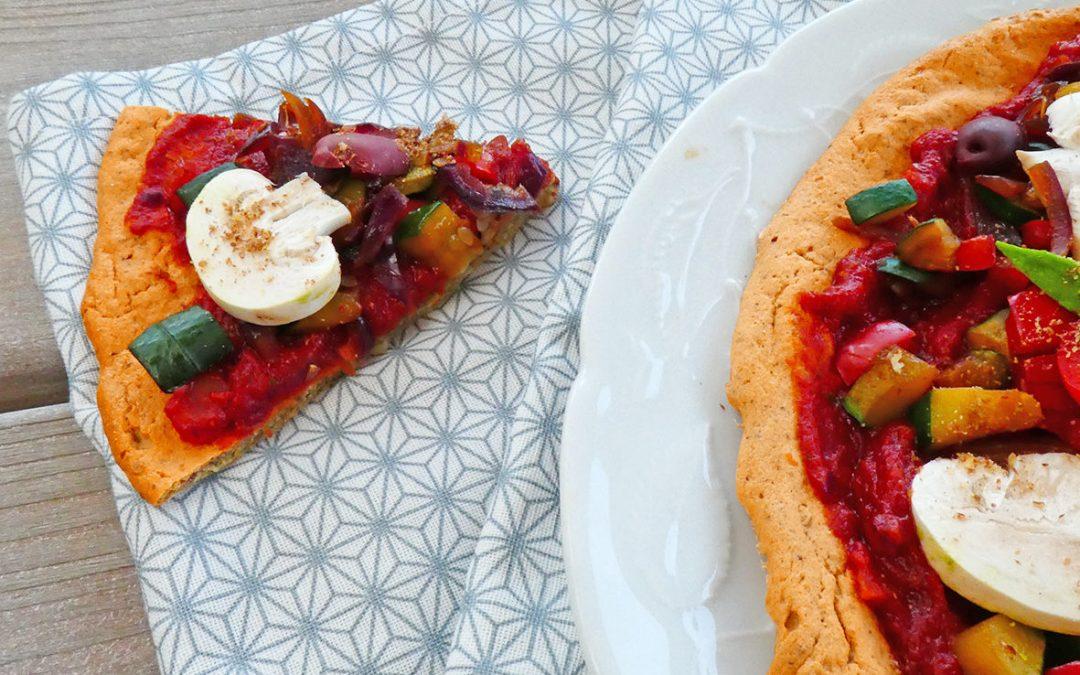 Pizza riche en légumes sur une pâte aux lentilles  ( Vegan ou pas, sans gluten, sans céréales ) )