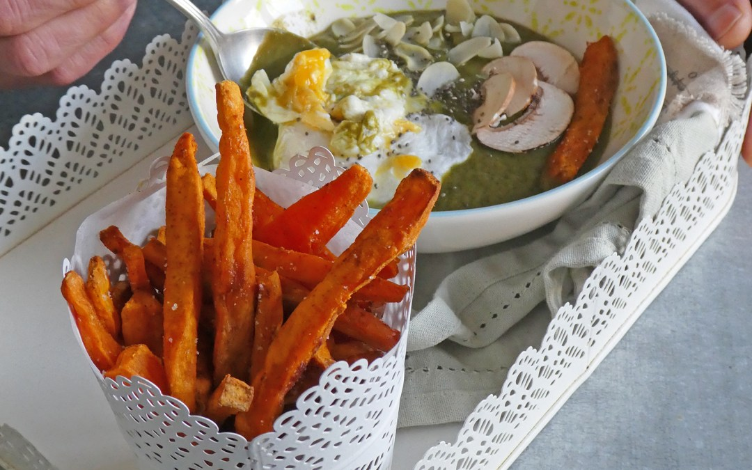 Velouté vert avec oeuf poché et frites au four de patates douces ( Idée repas complet végé, sans céréales, léger, option vegan )