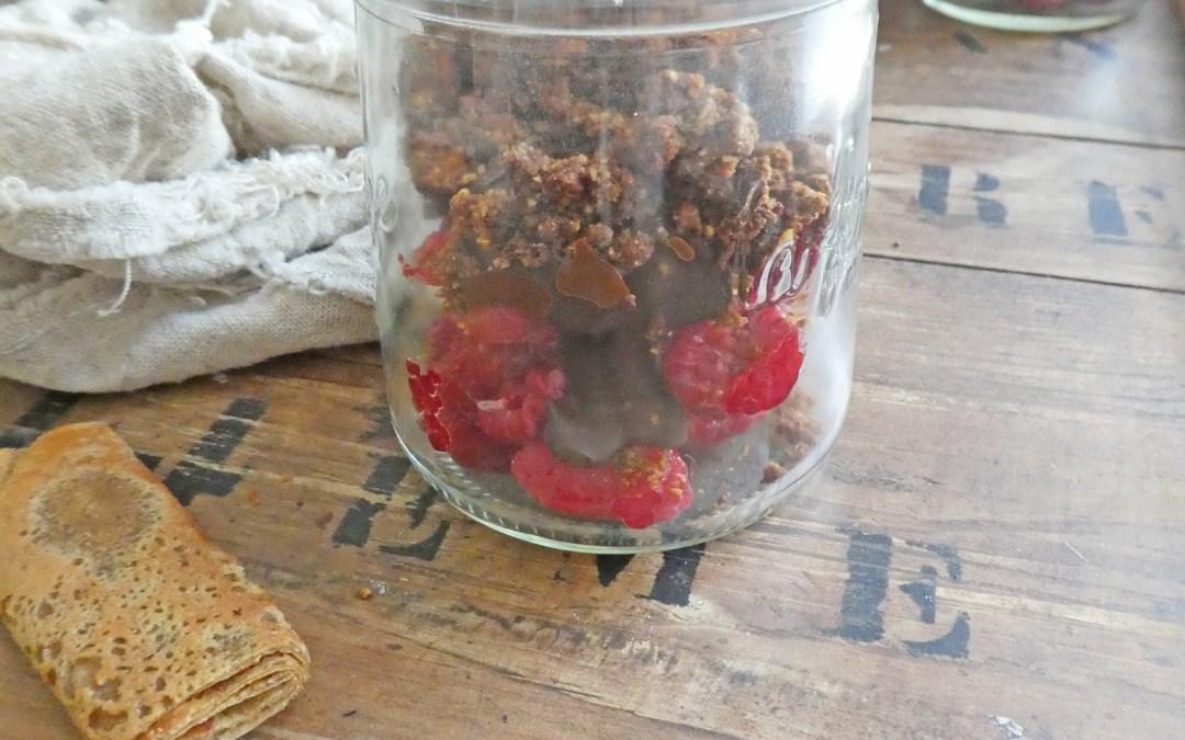Petits pots gourmands aux framboises, chocolat et croquants ( sans gluten , sans céréales, vegan )