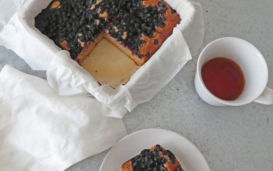 Gâteau sans gluten à  huile d'olive, aux myrtilles et yaourt végétal.