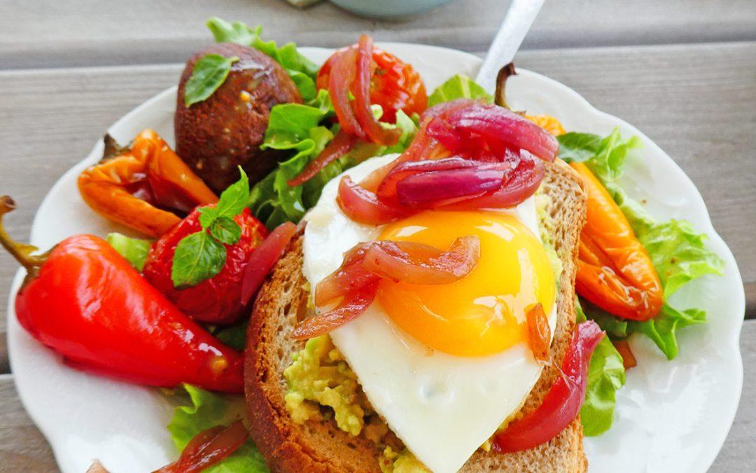 Toasts avocat oeufs et salade de légumes rôtis