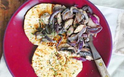 Steak de céleri et poêlée de champignons aux oignons rouges ( Vegan, sans céréales, sans gluten, léger )
